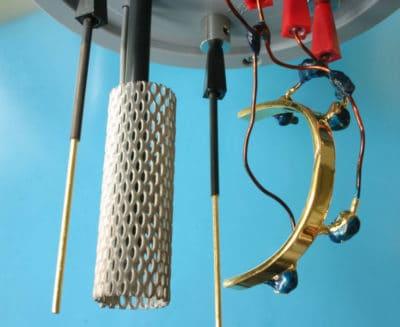 Galvanosteg, groß: Die korrekte Lage und Ausrichtung eines großen Galvanosteges im Galvanobad während eines Galvanoprozesses sind Voraussetzung für eine korrekte und gleichmäßige Abscheidung.